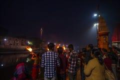 Ujjain, Inde - 7 décembre 2017 : Les gens assistant à la cérémonie religieuse sur la rivière sainte chez Ujjain, Inde, ville sacr Photographie stock