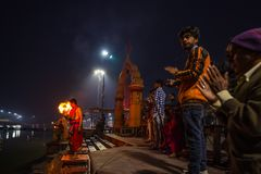 Ujjain, Inde - 7 décembre 2017 : Les gens assistant à la cérémonie religieuse sur la rivière sainte chez Ujjain, Inde, ville sacr Photo stock