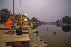 Ujjain, India - December 7, 2017: Mensen die godsdienstige ceremonie op heilige rivier bijwonen in Ujjain, India, heilige stad vo royalty-vrije stock afbeeldingen