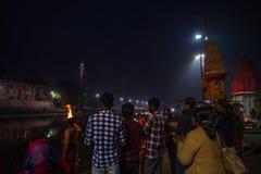 Ujjain, India - December 7, 2017: Mensen die godsdienstige ceremonie op heilige rivier bijwonen in Ujjain, India, heilige stad vo stock afbeelding
