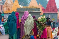 Ujjain, la India - 7 de diciembre de 2017: Gente que asiste a ceremonia religiosa en el río santo en Ujjain, la India, ciudad sag Imagen de archivo