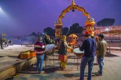 Ujjain, la India - 7 de diciembre de 2017: Gente que asiste a ceremonia religiosa en el río santo en Ujjain, la India, ciudad sag Imagen de archivo libre de regalías