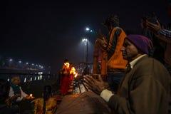 Ujjain, la India - 7 de diciembre de 2017: Gente que asiste a ceremonia religiosa en el río santo en Ujjain, la India, ciudad sag Fotografía de archivo