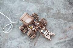 Układ, model robić i gromadzić dziećmi od kartonu kontrolowany terenu pojazd, domowej roboty mechaniczna zabawka zdjęcia royalty free