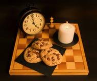 układ scalony ciastka czekoladowi kawowi cup domowej roboty odosobnionego biel zdjęcie royalty free