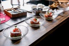Układ skończony naczynie Tuńczyka winnik na talerzu Mistrzowska klasa w kuchni Proces kucharstwo Krok po kroku zdjęcie stock