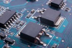 Układy scaleni i capacitors na desce fotografia stock