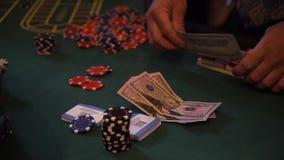 Układy scaleni i sfałszowany pieniądze na kasyno stole, bawić się ruletę zdjęcie wideo