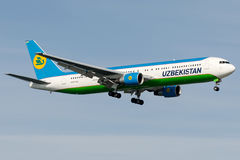 UK-67008乌兹别克斯坦空中航线,波音767-300 图库摄影