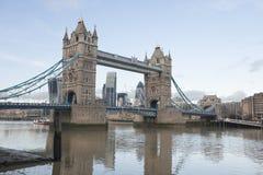 Γέφυρα και ο ποταμός Τάμεσης, Λονδίνο, UK πύργων Στοκ Εικόνα
