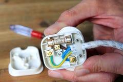 UK 13 ampere propp med baksida som tas av för att ändra säkringen arkivbild
