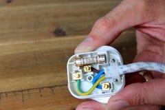 UK 13 ampere propp med baksida som tas av för att ändra säkringen fotografering för bildbyråer