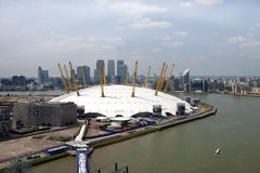 UK, Anglia, Londyn, 02 arena i Canary Wharf linio horyzontu, Fotografia Royalty Free