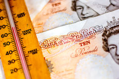 UK dziesięć funtowych notatek i termometr Obraz Stock