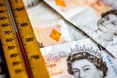 UK dziesięć funtowych notatek i termometr Obrazy Stock
