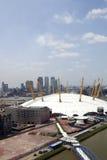 UK, England, London, 02 arena och Canary Wharf horisont Arkivfoto