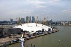UK, England, London, 02 arena och Canary Wharf horisont Royaltyfri Fotografi