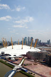 UK, England, London, 02 arena och Canary Wharf horisont Royaltyfria Bilder