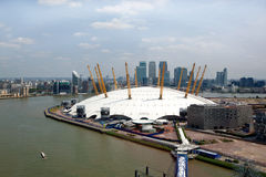 UK, England, London, 02 arena och Canary Wharf horisont Royaltyfri Foto