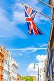 UK-flagga och gata med historiska byggnader i Mayfair Arkivbilder