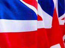 UK-flaggan fladdrar i vinden Stället som ska annonseras, mall Fotografering för Bildbyråer