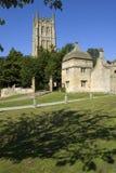 UK Gloucestershire, Cotswolds och att gå i flisor den Campden kyrkan och porthus royaltyfri bild