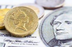 UK jeden funtowa moneta versus dolara amerykańskiego banknot Zdjęcie Stock
