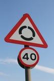 UK-karusell framåt och tecken för påminnelse 40mph Arkivfoton