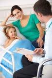 UK lekarka z matką i dzieckiem Zdjęcie Royalty Free