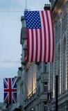 UK- och USA-flagga i London på Piccadilly Circus royaltyfria bilder