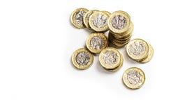 UK pieniądze, sterta funtowe monety wypiętrza wzrost gospodarczy pokazywać obok spienięża wewnątrz fotografia royalty free