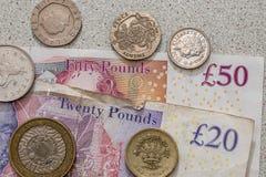 UK-räkningar och mynt Arkivfoton