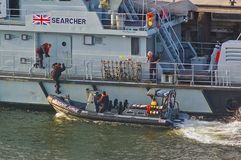 UK rabatowi siła oficery wsiada ziobro łódź patrolowa przy rabatowy siły cięcie Newcastle Zjednoczone Królestwo, Październik - 5t fotografia royalty free