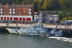 UK rabatowy siła krajacza HMC poszukiwacz przy jej cumowaniami z ziobro łodzi patrolowa nadchodzącym al Newcastle Zjednoczone Kró zdjęcia stock