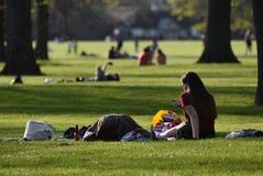 UK tycker om varmmast aprilväder, sedan rekord började London England April 2018 royaltyfri bild