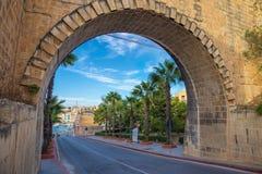 Łuk Valletta z drzewkami palmowymi i niebieskim niebem - Malta Fotografia Stock