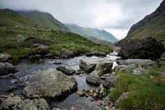 UK Wales, Snowdonia, passerande av Llanberis, Pont, y, Gromlech, Afon Nant Peris, ström som flödar till och med dalen Royaltyfri Bild