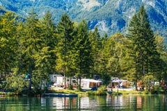 Ukanc het kamperen plaats op Bohinj-meer, Slovenië Stock Foto's