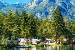 Ukanc het kamperen plaats op Bohinj-meer, Slovenië Royalty-vrije Stock Afbeeldingen