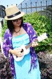Ukelele tailandés del juego de la mujer o pequeña guitarra acústica Fotos de archivo libres de regalías
