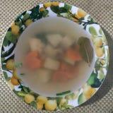 Ukha 在一块深板材的鱼汤在桌上 免版税库存图片