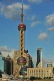 Ukierunkowywa TV wierza w Szanghaj w lecie Fotografia Stock