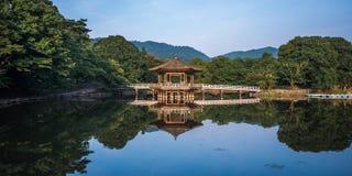 Ukimido paviljong och reflexionerna i sjön, Nara, Japan royaltyfri foto