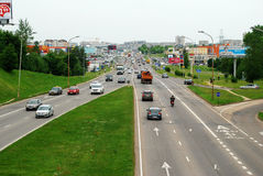 Ukmerges街道和汽车在维尔纽斯 免版税库存图片