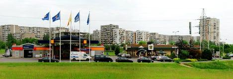 Ukmerges gata med McDonalds och Statoil i Vilnius Arkivbilder