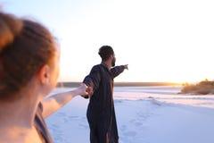 Ukochany Arabski facet i europejczyk dziewczyna chwyta ręki along spacer i Zdjęcia Royalty Free