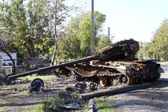 Ukraińscy zbiorniki niszczyli w wiosce Stepanivka Obrazy Stock