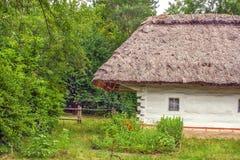 Ukraińska drewniana buda pokrywająca strzechą Obrazy Royalty Free