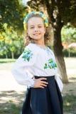 Ukraińska dziewczyna z szczęśliwą twarzą w krajowym kostiumu, kwiecisty wianek Fotografia Stock