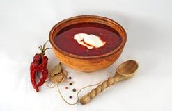 Ukraiński borscht z kwaśną śmietanką w glinianym talerzu z rzeźbiącym wo Fotografia Stock